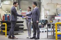 工場で働くビジネスマンビジネス 握手