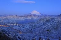 神奈川県 大観山 朝日に染まる富士山と雪の芦ノ湖