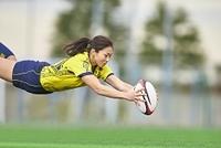 トライする女子ラグビー選手