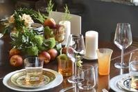 テーブルに並べられたグラス