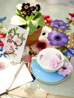 ティーカップと植木鉢とポストカード