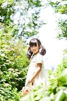 かごバッグを持つ日本人の女の子