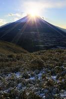 山梨県 元旦の竜ヶ岳より望む朝日のダイアモンド富士