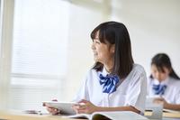 タブレットを使って授業を受ける女子中学生