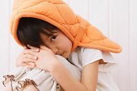 防災頭巾をかぶる女の子