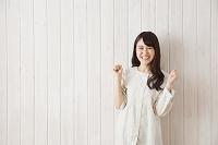 ガッツポーズする日本人女性