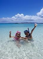 沖縄県 水納島 海で遊ぶ日本人の子供
