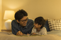 絵本を読む日本人親子