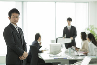 オフィスの日本人ビジネスマン