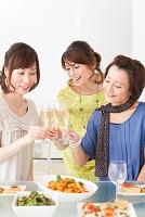 シャンパングラスで乾杯する笑顔の日本人女性