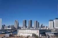 新豊洲のステージアラウンド東京と晴海方面のビル群