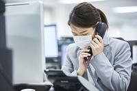 クレーム対応する日本人ビジネスウーマン