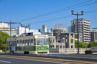 広島県 広島電鉄の電車と原爆ドーム