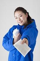 ティッシュ配りをする日本人女性