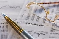 眼鏡、ペンとビジネスデータ
