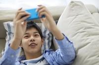 スマートフォンを操作する10代の男の子