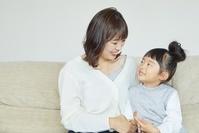 母親と話す女の子