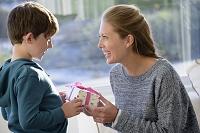 母の日にプレゼントを渡す男の子