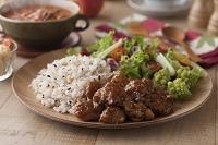 鶏肉の甘辛炒めと雑穀ごはんとサラダ
