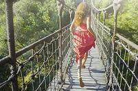 吊り橋を渡る外国人女性