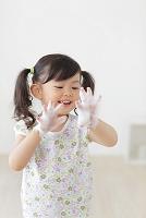 石けんで手を洗う日本人の女の子