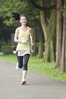 ランニングをする若い日本人女性