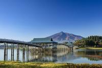青森県 津軽富士見湖 鶴の舞橋と岩木山