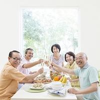 乾杯する日本人男女達