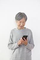 スマートフォンを見るおばあちゃん