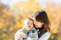 公園で息子を抱く母親