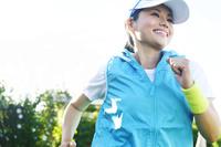 公園でランニングする日本人女性