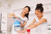 かき氷を作る母と娘