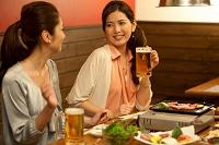 食事をしている日本人女性