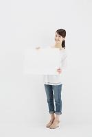 ホワイトボードを持つ笑顔の日本人女性