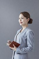 手帳を持つ日本人ビジネスウーマン