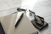 万年筆と腕時計