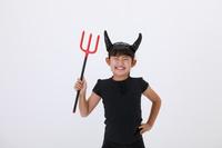 悪魔の仮装をして笑う少女