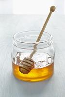 柄杓が入ったハチミツ瓶