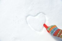 雪にハートを描く