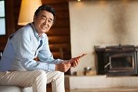 タブレットを持つ中高年日本人男性