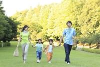 公園で休日を楽しむ日本人家族