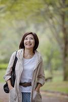 公園の中年日本人女性