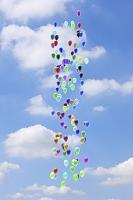 青空に浮かぶ沢山の風船