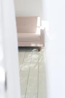 カーテンの隙間から見えるソファ