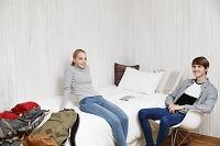 民泊に到着してリラックスする若い外国人カップル