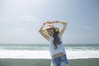 海辺でポーズをとる女性