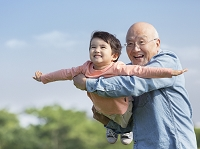 孫と遊ぶ祖父