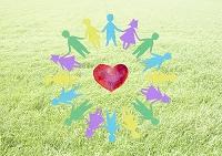 手を繋ぐ子供たちの輪とハート