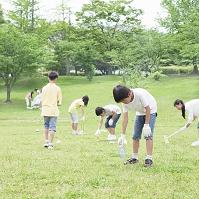 ゴミ拾いをする子供たち