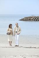 海のリゾートへ旅行中の中年夫婦カップル